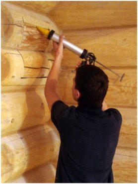 Фото – герметизация трещин деревянных сооружений