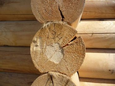 Как заделать трещины в бревне сруба деревянного дома?